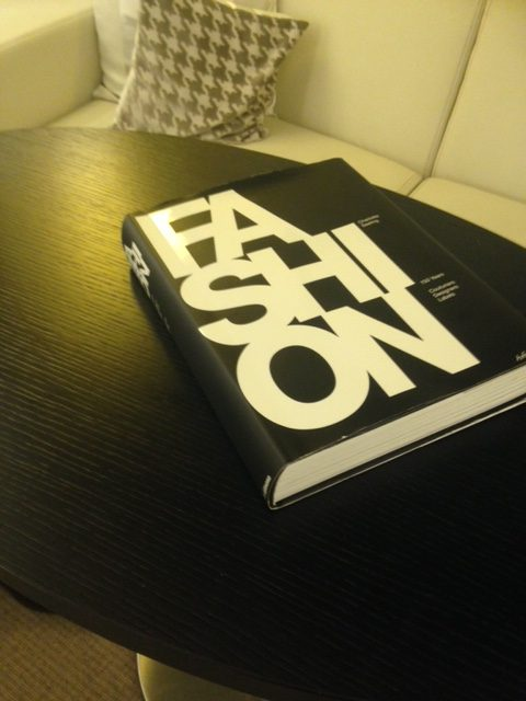I found this book in my hotel room, so I added it to the luggage to make the one-arm rows a bit heavier